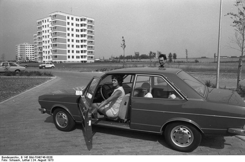 Wolfsburg, Gastarbeiterfamilie mit ihrem Auto