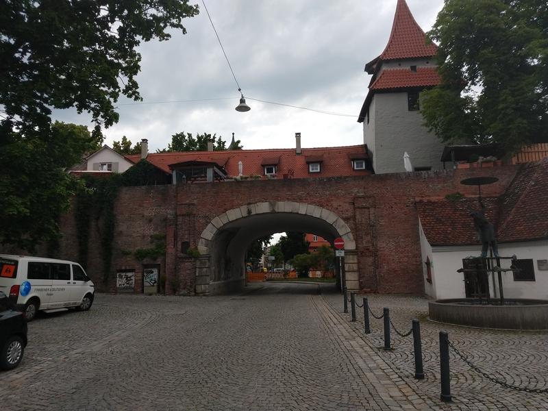 Stadttor und Graben